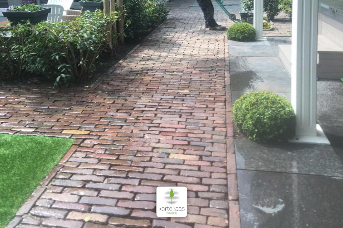 Tegels Grijs Tuin.Achtertuin Met Oude Waaltjes Natuursteen Grijze Tegels En